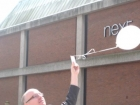 mayor-releasing-balloon