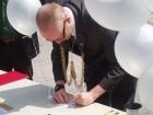 mayor-writing-balloon-message
